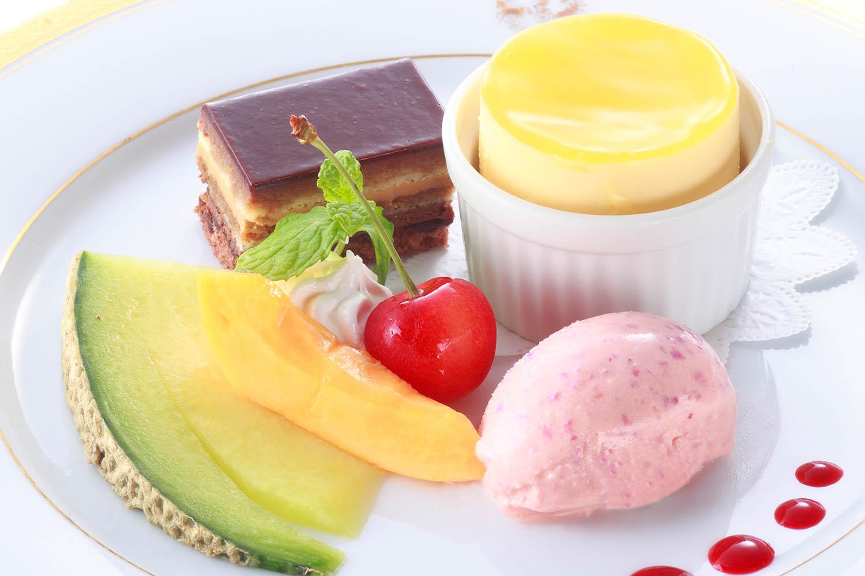 グランマルニエのスフレグラッセとオペラ 薔薇の花のアイスクリームと季節のフルーツを添えて