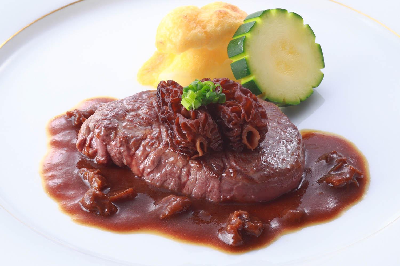 牛フィレ肉のステーキ 網笠茸乗せ ソースモリーユ
