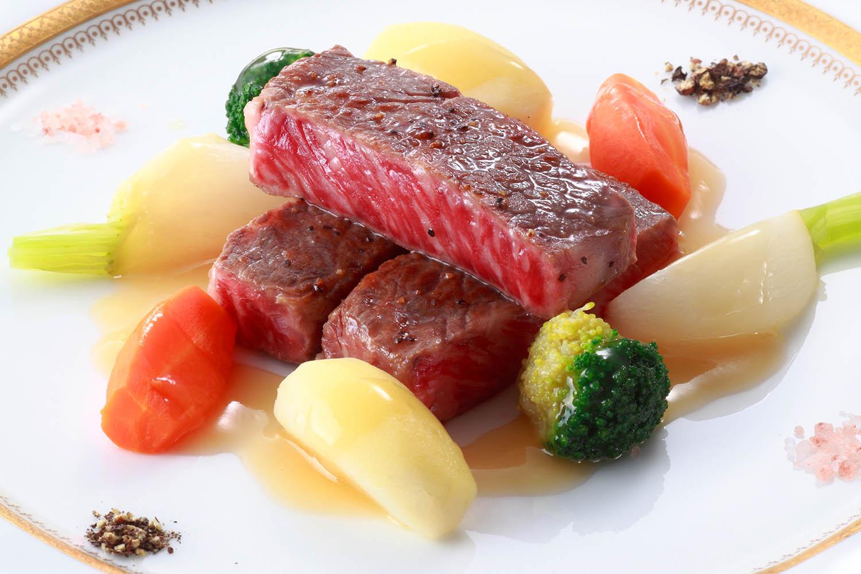 D 国産牛ロース肉のステーキ 野菜のポトフ仕立て 岩塩と黒胡椒を添えて