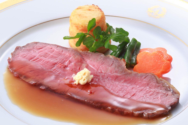 牛ロース肉のローストビーフ 西洋わさびと温野菜添え ¥5,400